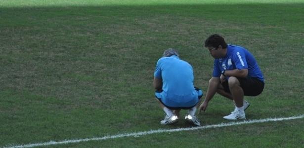 Profissionais do Grêmio analisam gramado com falhas na Arena (26/01/2013)