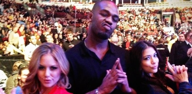 Ring girls Brittney Palmer (e) e Arianny Celeste (d) fazem pose com campeão Jon Jones