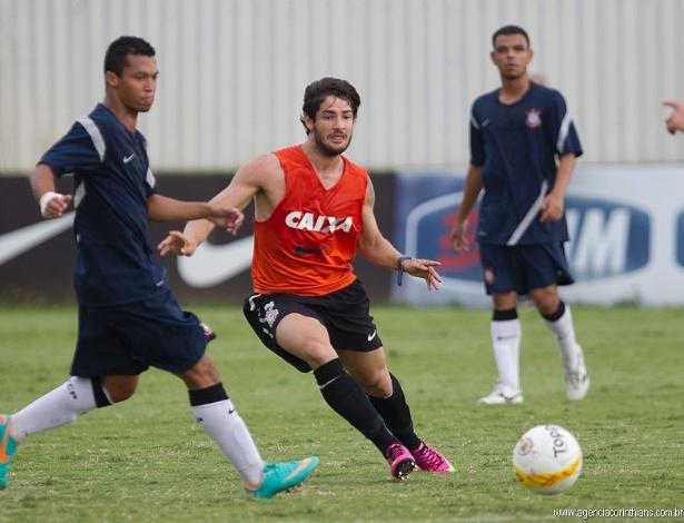 24.01.2013 - Alexandre Pato, atacante do Corinthians, se movimenta no jogo-treino diante do Flamengo de Guarulhos