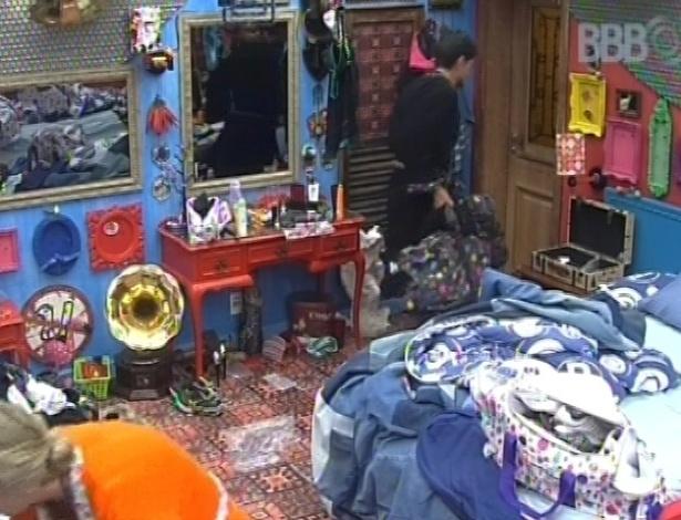 27.01.2013 - André, do time perdedor da prova do comida, carrega sua mala para o outro quarto da casa