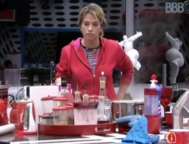 27.01.2013 - Fani cozinha macarrão para os vencedores da prova da comida, que terão fartura nesta semana