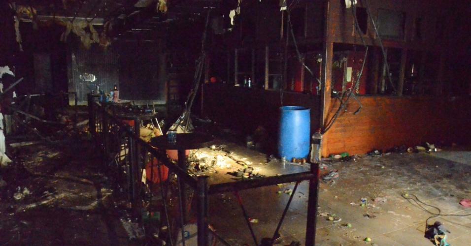 http://imguol.com/2013/01/27/27012013---vista-da-destruicao-provocada-pelo-incendio-na-boate-kiss-em-santa-maria-neste-domingo-onde-mais-de-200-pessoas-morreram-1359326971426_956x500.jpg