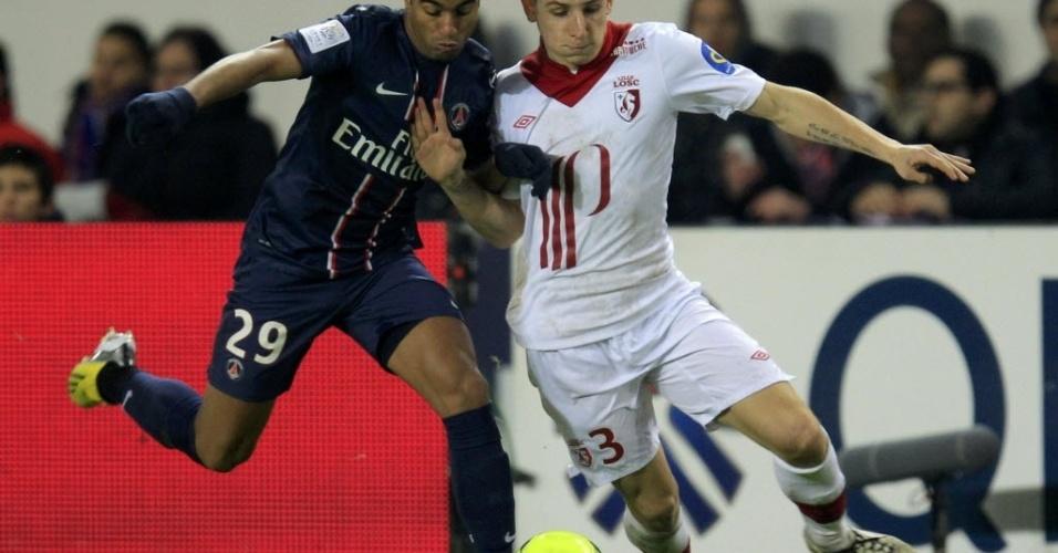 27.jan.2012 - Meia Lucas disputa bola com Lucas Digne, do Lille, durante partida do Campeonato Francês. O time de Paris venceu a partida por 1 a 0