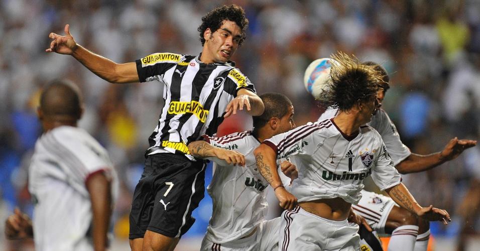 27.jan.2013 - Atacante Bruno Mendes, do Botafogo, tenta cabeçada no durante o clássico contra o Fluminense, pela terceira rodada do Estadual do Rio
