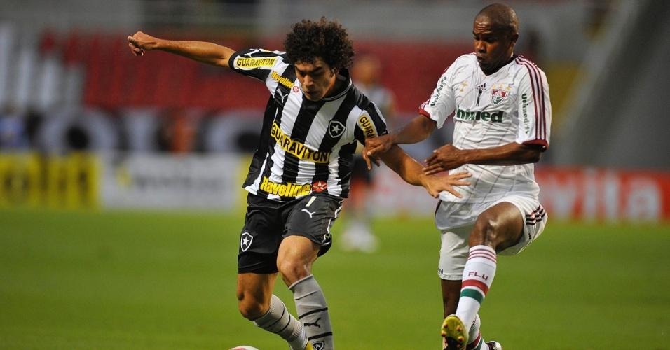 27.jan.2013 - Atacante Bruno Mendes (esq), do Botafogo, protege a bola do volante Valencia, do Fluminense, durante clássico pela terceira rodada do Estadual do Rio