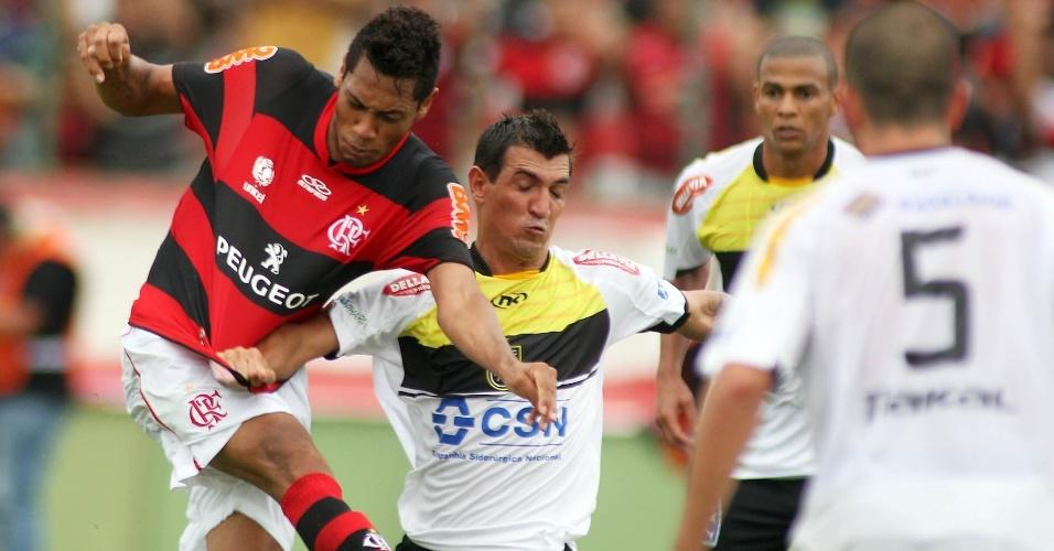 27.jan.2013 - Atacante Hernane, do Flamengo, tenta finalização durante a partida contra o Volta Redonda, pela terceira rodada do Estadual do Rio