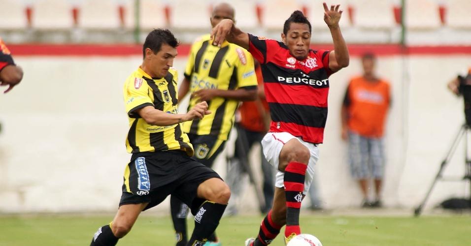 27.jan.2013 - Atacante Hernane, do Flamengo, tenta jogada durante a partida contra o Volta Redonda, pela terceira rodada do Estadual do Rio