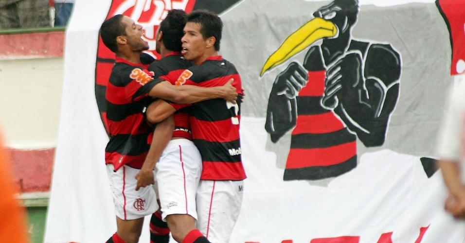 27.jan.2013 - Atacante Hernane é abraçado por companheiros do Flamengo após marcar o gol da vitória por 1 a 0 sobre o Volta Redonda, pela terceira rodada do Estadual do Rio