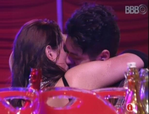 27.jan.2013 - Após investidas de Nasser, Andressa cedeu e beijou o gaúcho
