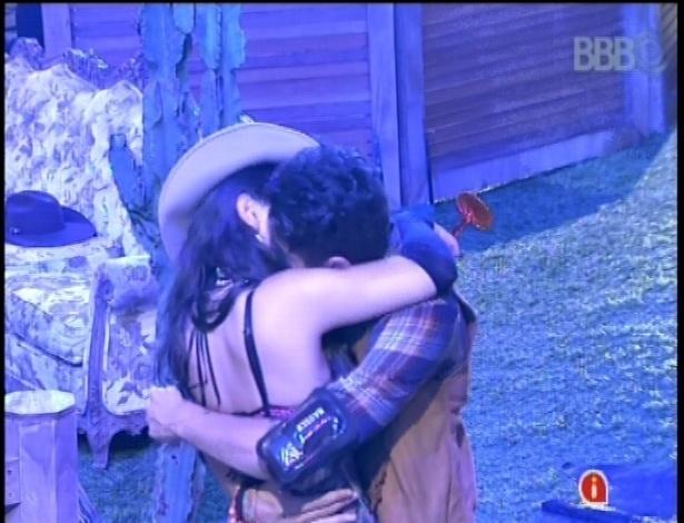 27.jan.2013 - Pela primeira vez Nasser e Andressa se beijaram na frente dos outros brothers