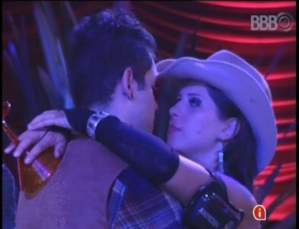 27.jan.2013 - Antes de beijar Andressa, Nasser precisou convencer a paranaense