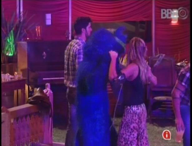 """27.jan.2013 - Apelidado de """"Blue Cat"""", o gato azul fez a festa junto com os brothers"""