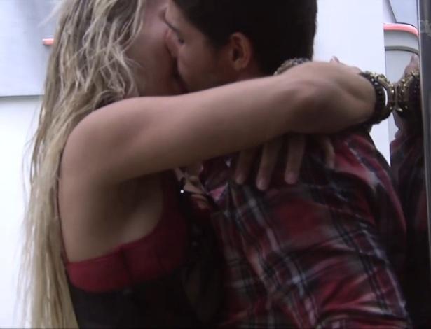 27.jan.2013 - Depois de discutirem, André e Fernanda resolveram ficar juntos e se beijaram