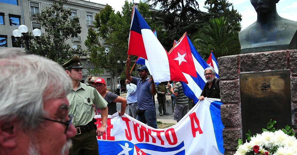 27.jan.2013 - Grupo de pessoas participa de uma manifestação em apoio à Cuba e Venezuela, e seus presidentes, Raul Castro e Hugo Chávez, em Santiago do Chile, neste domingo (27). Delegações de ambos os países participaram da primeira cúpula da Comunidade de Estados Latino-Americanos e Caribenhos (Celac) e da União Europeia