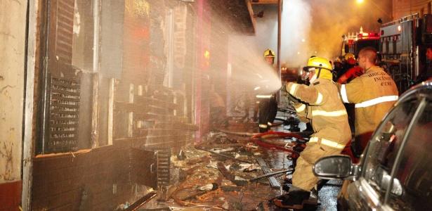 Incêndio de grande proporção atinge a boate Kiss, no centro de Santa Maria (RS)