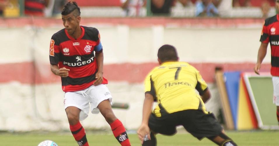 27.jan.2013 - Lateral Léo Moura, do Flamengo, tenta jogada durante a partida contra o Volta Redonda, pela terceira rodada do Estadual do Rio