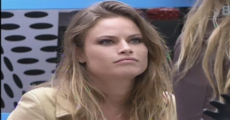 27.jan.2013 - Natália conta a Marien sobre a briga que teve com Yuri na festa Saloon