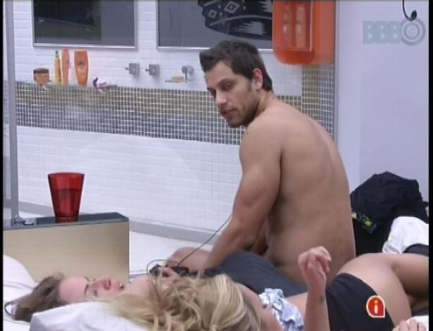 27.jan.2013 - Natalia, Marien e Eliéser planejam dormir juntos no quarto do líder