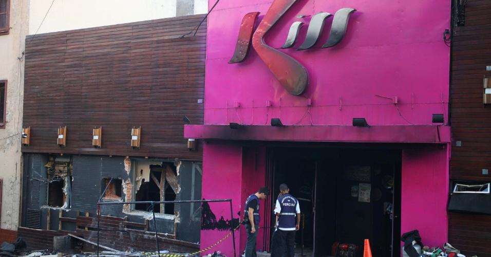 27.jan.2013 - Policiais realizam perícia na boate Kiss, localizada na rua dos Andradas, em Santa Maria (RS), na tarde deste domingo (27), tragédia que deixou 233 mortos durante incêndio nesta madrugada