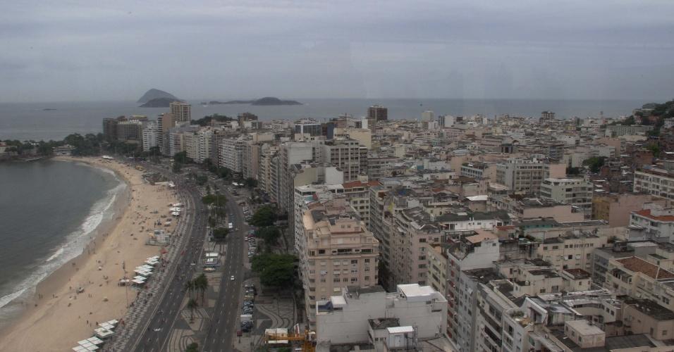 27.jan.2013 - Tarde está nublada na praia de Copacabana no Rio de Janeiro (RJ), neste domingo (27). As chuvas fizeram a prefeitura da cidade acionar estágio de alerta, por causa do elevado índice de acumulado pluviométrico registrado