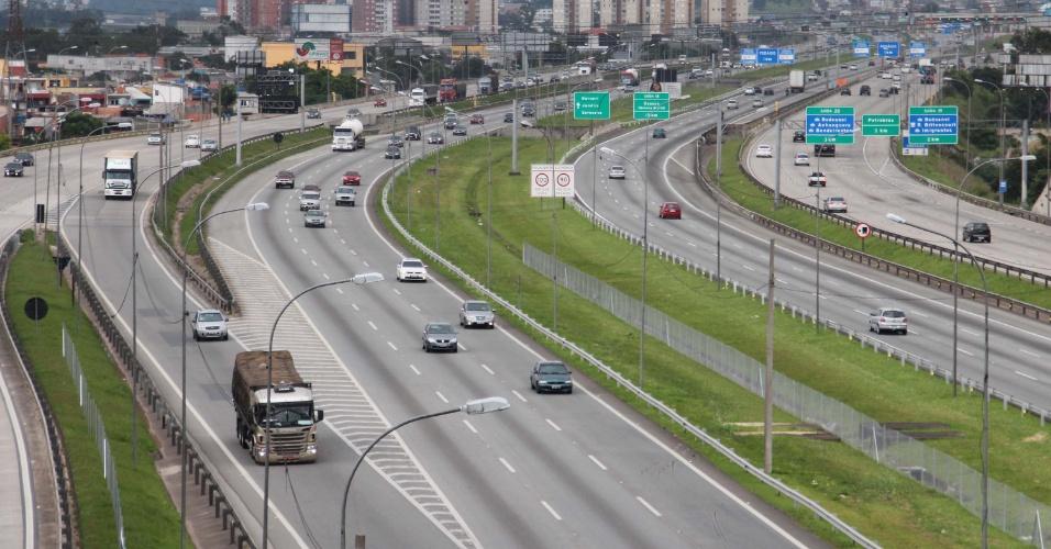 27.jan.2013 - Trânsito tranquilo na rodovia Castelo Branco, na chegada à São Paulo (SP), neste domingo (27), volta de feriado na capital
