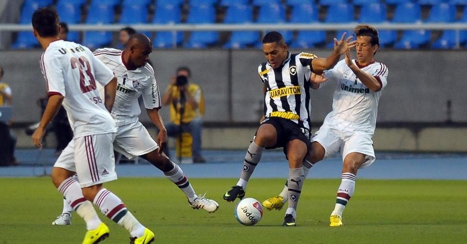 27.jan.2013 - Volante Diguinho, do Fluminense, tenta desarma no clássico contra o Botafogo, pela terceira rodada do Estadual do Rio