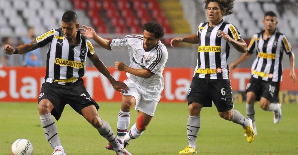 27.jan.2013 - Wellington Nem, do Fluminense, tenta roubar a bola do zagueiro Antônio Carlos, do Botafogo, durante o clássico válido pela terceira rodada do Estadual do Rio