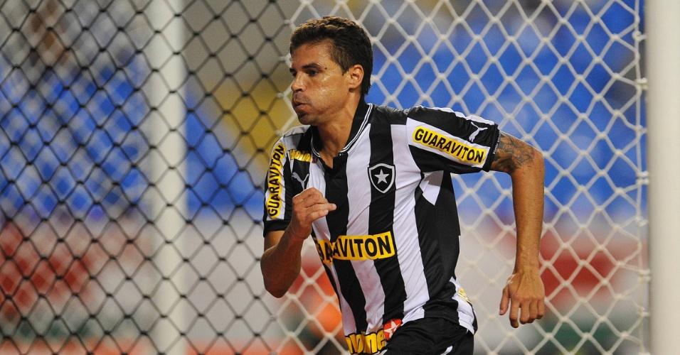 27.jan.2013 - Zagueiro Bolívar comemora o gol de empate do Botafogo no clássico contra o Fluminense, pela terceira rodada do Estadual do Rio