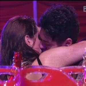 Assumidos como casal, Nasser e Andressa se beijaram durante festa