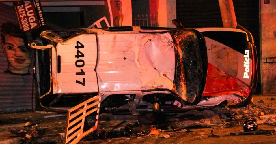 Carro da Polícia Militar capota durante perseguição a uma moto com dois suspeitos, em Guarulhos, na Grande São Paulo. O sargento que dirigia o veículo morreu. Dois menores que estavam na moto foram detidos