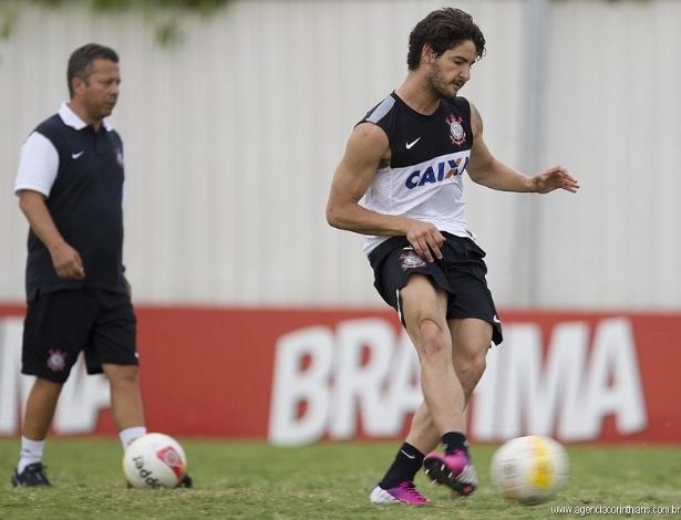 25.01.2013 - Alexandre Pato arrisca finalização em um treino do Corinthians no CT Joaquim Grava