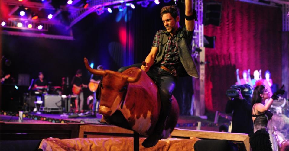 26.jan.2013 - Aslan anda no touro mecânico da Festa Saloon