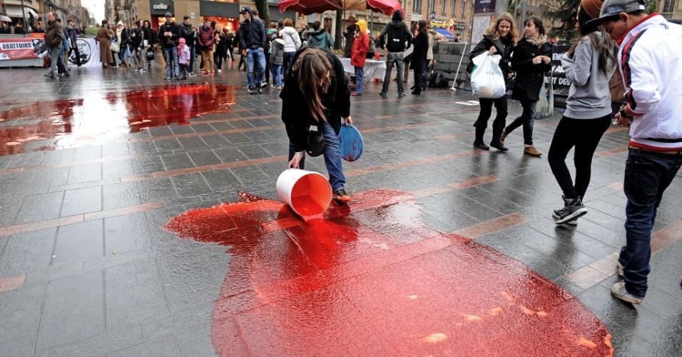 """26.jan.2013 - Ativistas jogaram sangue animal em uma praça de Toulouse, na França, em protesto contra a """"escravidão dos animais"""" e pedindo o fim dos matadouros"""