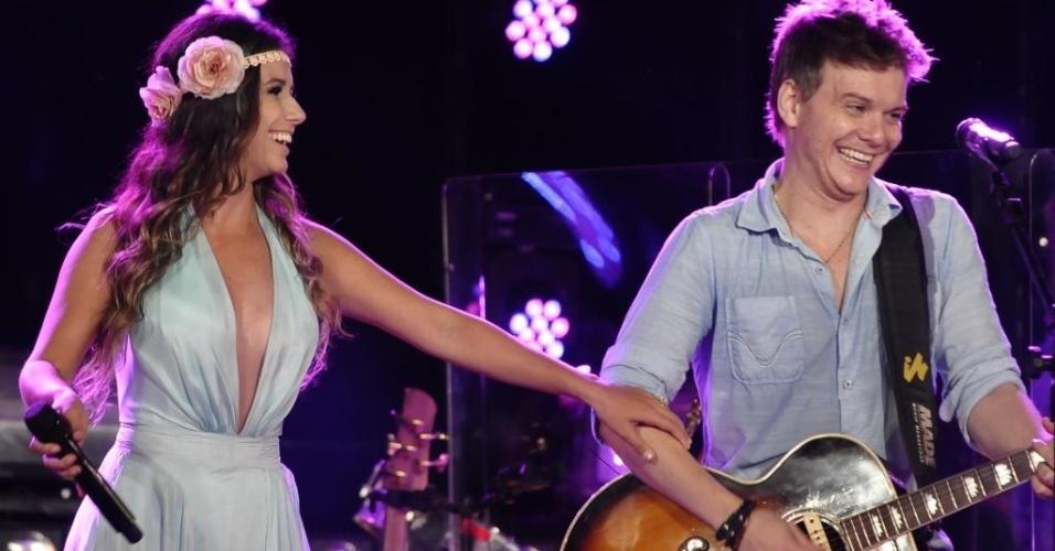 27.jan.2013 -  Michel Teló recebe Paula Fernandes no palco durante gravação da primeira parte de seu terceiro DVD no Guarujá (SP)