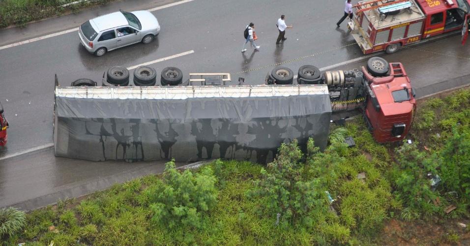 28.jan.2013 - Acidente envolvendo uma carreta e um carro na BR-040, em Contagem, região metropolitana de Belo Horizonte (MG), nesta segunda-feira (28), interdita via