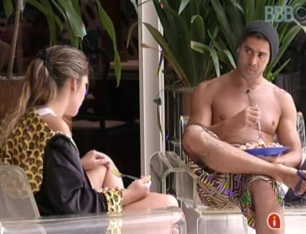 28.jan.2013 - Anamara e Yuri comem macarrão e conversam sobre Natália e Eliéser do lado de fora da casa