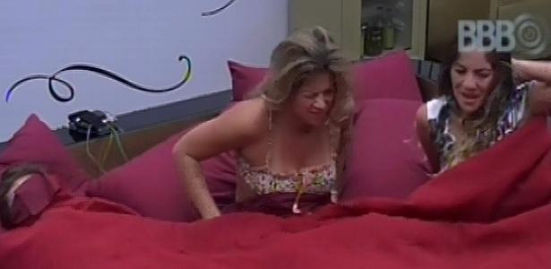 28.jan.2013 - Anamara, Fani e Natália acordam com toque de despertar no quarto do líder