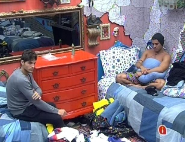28.jan.2013 - André e Yuri conversaram no quarto sobre os outros participantes do