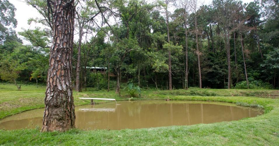 28.jan.2013 - Ao lado da granja um lago artificial ocasionalmente serve de viveiro para patos