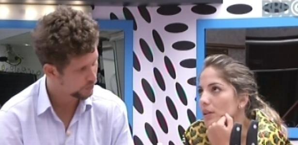 28.jan.2013 - Aslan e Anamara conversam sobre temperos e comidas na bancada da cozinha