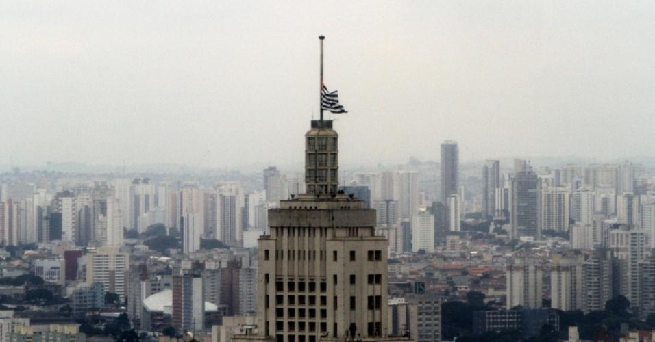 28.jan.2013 - Bandeira de São Paulo fica a meio-mastro na torre do edifício Banespa, no centro de São Paulo, em luto oficial pelas vítimas do incêndio na boate Kiss, em Santa Maria (RS), nesta segunda-feira (28)