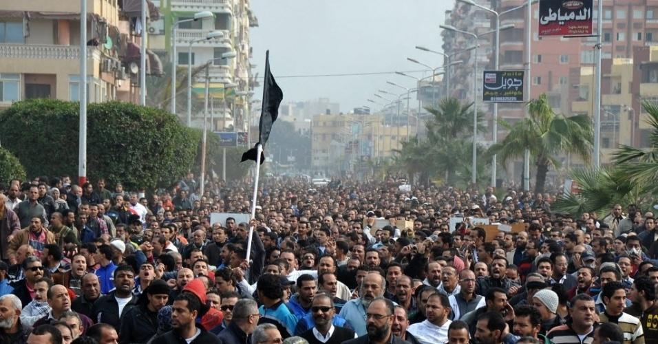 28.jan.2013 - Egípcios realizam passeata na cidade de Port Said durante funeral de seis vítimas de confrontos no domingo (27), após