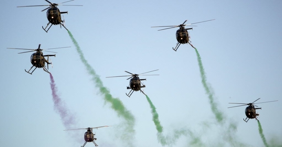 28.jan.2013 - Helicópteros da Força Aérea de El Salvador se apresentam durante encerramento de show aéreo em Ilopango, a 12 km de San Salvador