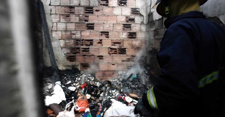 28.jan.2013 - Incêndio destrói residência de um casal que vive de reciclagem, no loteamento Parque Brasil, no bairro Conceição I, em Feira de Santana (BA), na manhã desta segunda-feira (28)