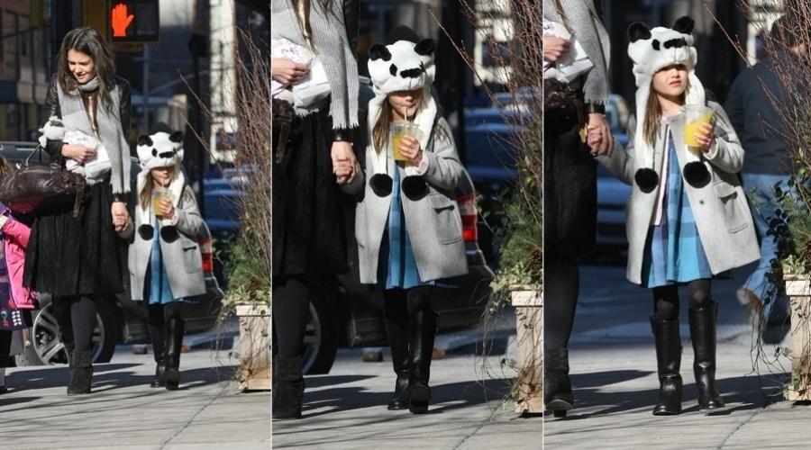 28.jan.2013 - Katie Holmes e a filha, Suri Cruise, passearam pelas ruas de Nova York. A menina de seis anos usou um chapéu de panda