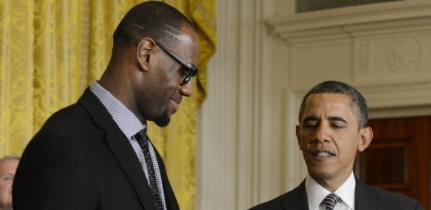 28.jan.2013 - LeBron James entrega bola autografada para Obama