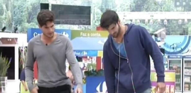 28.jan.2013 - Marcello e André vão às compras para o grupo xepa