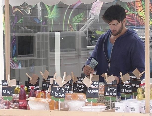 28.jan.2013 - Marcello faz as compras no mercadinho para o grupo que ficou na xepa