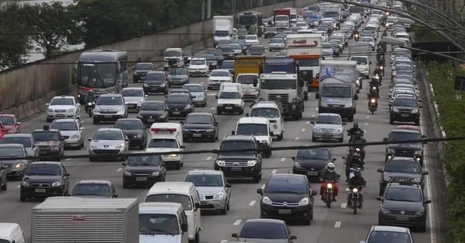 28.jan.2013 - Marginal Pinheiros registra trânsito intenso, sentido Interlagos, na altura da Ponte Cidade Universitária, em São Paulo, nesta segunda-feira (28), na volta às aulas
