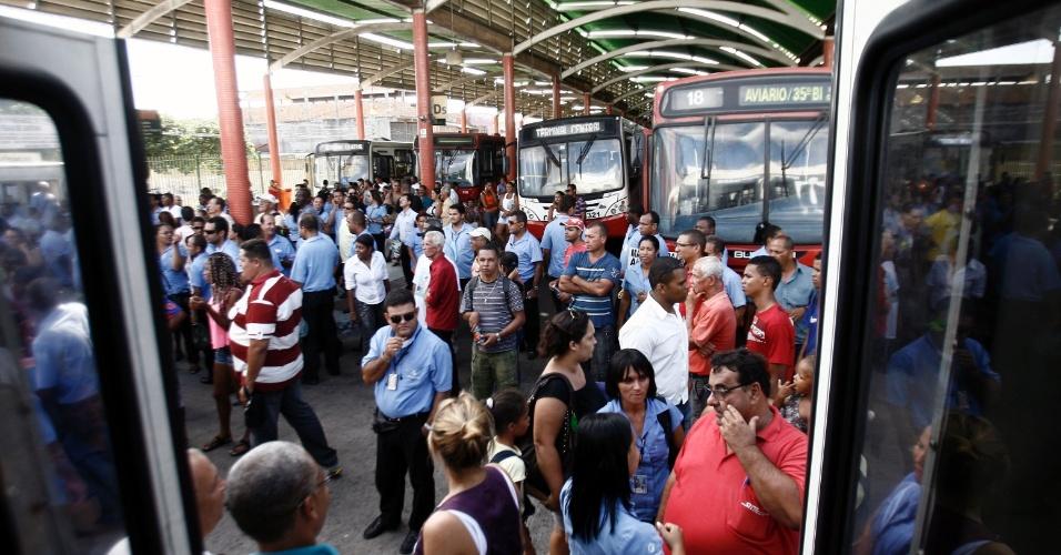 28.jan.2013 - Motoristas e cobradores do transporte urbano de Feira de Santana (BA) realizaram uma paralisação, por cerca de uma hora e meia, na tarde desta segunda-feira (28), para protestar contra os assaltos que a categoria vem sofrendo no município. O protesto aconteceu simultaneamente nos três terminais do município